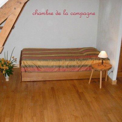 lit simple chambre de la campagne