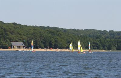 le lac de Vioreau et sa plage
